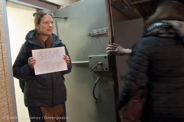 20.nov.2013 - A bióloga brasileira Ana Paula Maciel, 31, deixou nesta quarta-feira a prisão de São Petersburgo, na Rússia, após o pagamento de 2 milhões de rublos (R$ 141 mil) de fiança. Ela é primeira ativista do Greenpeace a deixar a prisão, após a Justiça russa autorizar a liberação de 17 ambientalistas