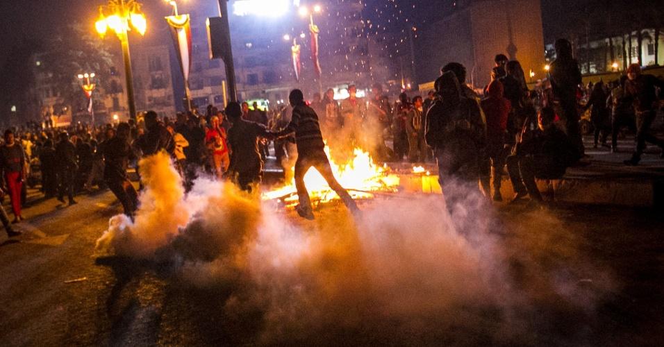 20.nov.2013 - Manifestantes protestaram no Egito na noite de terça-feira (19).  Dezenas de pessoas ficaram feridas depois que a polícia de choque dispersou as manifestações na praça Tahrir, no Cairo