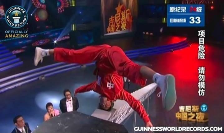 20.nov.2013 - Não tente fazer isso em casa! O chinês Zhao Li Xiaolong subiu 34 degraus de uma escada com a cabeça e entrou para Guinness Book, o livro dos recordes