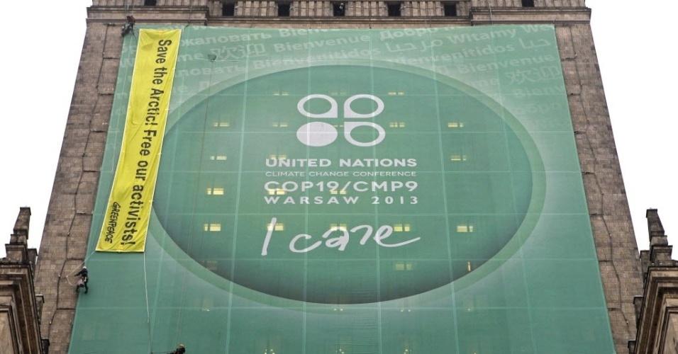 21.nov.2013 - Ativistas do Greenpeace colocam uma faixa no Palácio da Cultura e Ciência exigindo proteção da região do Ártico e pedindo a liberdade dos ativistas presos na Rússia, durante a Conferência do Clima da ONU, a COP-19, que ocorre em Varsóvia, na Polônia