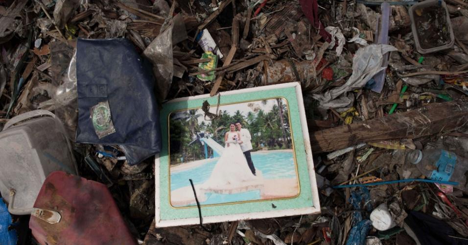 21.nov.2013 - Fotografia de casamento é vista entre escombros em Tacloban, Filipinas. A organização Médicos Sem Fronteiras insistiu nesta quinta-feira que a ajuda humanitária ainda não chegou a centenas de vítimas nas áreas mais remotas do país