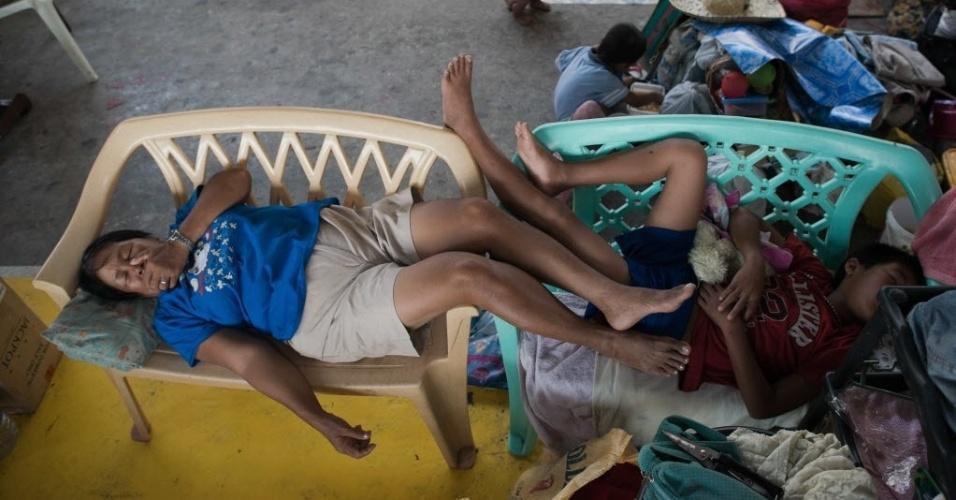 21.nov.2013 - Moradores desabrigados dormem em bancos de plástico em um ginásio transformado em um abrigo para vítimas do tufão Haiyan, em Tacloban, Filipinas. A organização Médicos Sem Fronteiras insistiu nesta quinta-feira que a ajuda humanitária ainda não chegou a centenas de vítimas nas áreas mais remotas do país