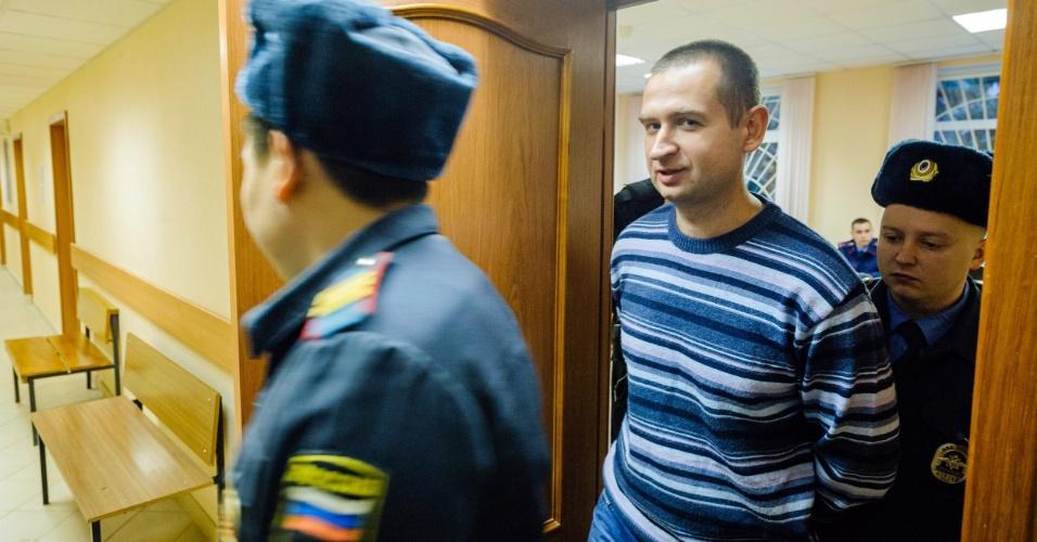 21.nov.2013- Ativista Ruslan Yakushev da Ucrânia deixa corte após ter conseguido liberdade sob fiança na Rússia, após 2 meses preso por protesto contra a exploração de petróleo no Ártico
