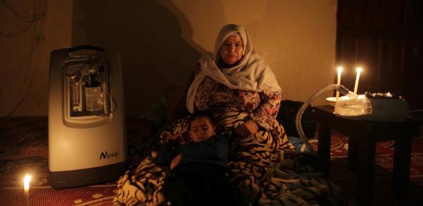 Nema Hamad precisa de eletricidade para sua máscara respiradora ligada em Gaza