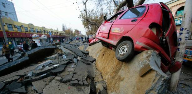 Carro foi destruído por explosão de um oleoduto na cidade litorânea de Qingdao (China)