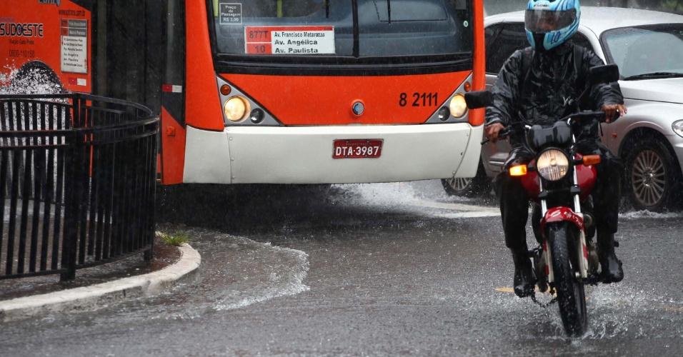 23.nov.2013 - Chuva na região da Avenida Paulista em São Paulo, SP, neste sábado (23)