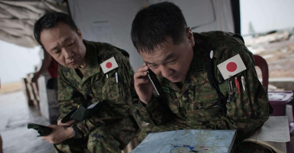 23.nov.2013 - Militares japoneses se preparam para missão humanitária nas Filipinas