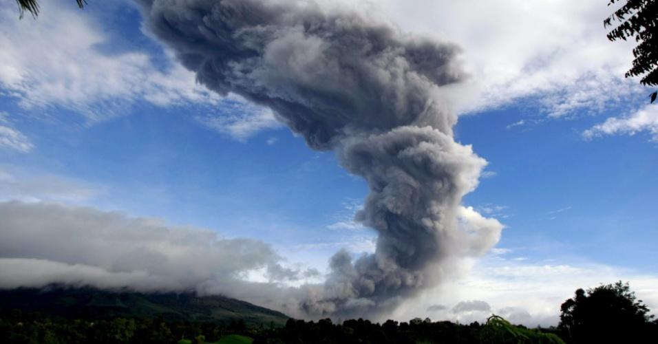 24.nov.2013 - O Monte Sinabung expele gás vulcânico neste domingo (24) visto da vila de Tiga Serangkai, em  Karo, no norte de Sumatra (Indonésia). Segundo a Agência Nacional de Gestão de Desastres, mais de 6.000 pessoas fugiram de suas casas na província após uma série de erupções vulcânicas. O vulcão Monte Sinabung no distrito de Karo entra em erupção de forma intermitente desde setembro