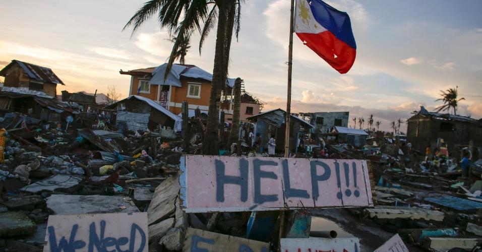 24.nov.2013 - Sobreviventes de tufão espalham placas com pedidos de socorro, água e comida na cidade de  Tacloban, nas Filipinas