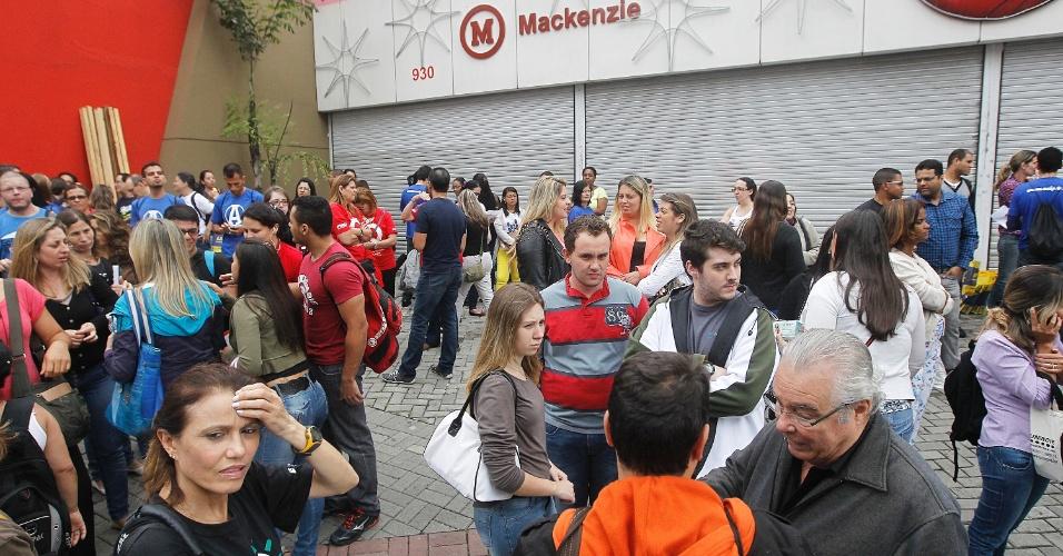Candidatos aguardam abertura de local de prova do Enade (Exame Nacional de Desempenho de Estudantes) 2013, que avalia estudantes do ensino superior