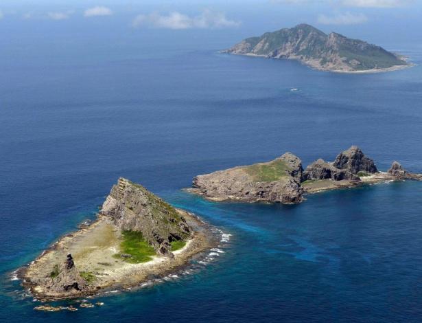 Ilhas de Uotsuri (acima), Minamikojima (abaixo) and Kitakojima (centro), disputadas entre China e Japão