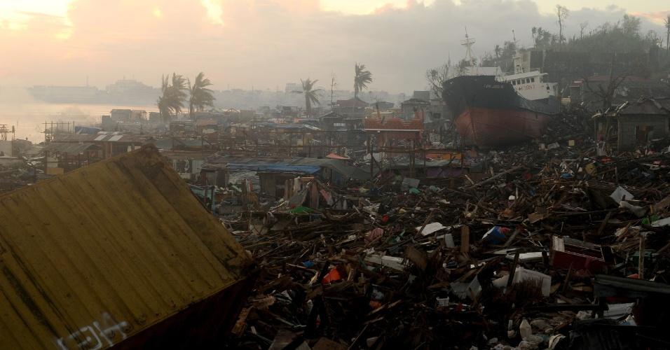 25.nov.2013 - Navio fica encalhado por entre escombros de casas em Tacloban (Filipinas) -- a cidade mais afetada pelo tufão Haiyan, que devastou o país há quase três semanas