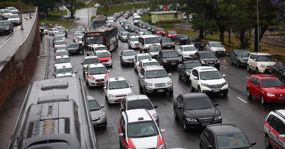 25.nov.2013 - Trânsito na manhã desta segunda-feira (25), na Avenida Washington Luis, na zona sul de São Paulo. A cidade registrou a maior lentidão no trânsito do ano, no período da manhã. Segundo a CET (Companhia de Engenharia de Tráfego), às 10h a cidade estava com 156 km de vias congestionadas. O recorde anterior ocorreu no dia 23 de setembro, com 151 km de lentidão