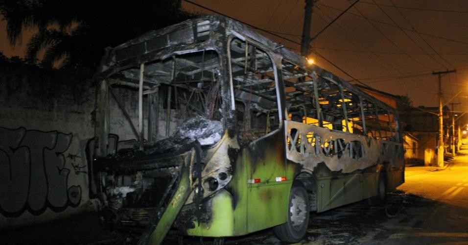 25.nov.2013 - Um ônibus foi incendiado no Jardim São Judas, em Taboão da Serra (Grande SP), na noite de segunda-feira (25). Este é o terceiro ônibus incendiado na região após um policial militar matar um adolescente, no último domingo (24)