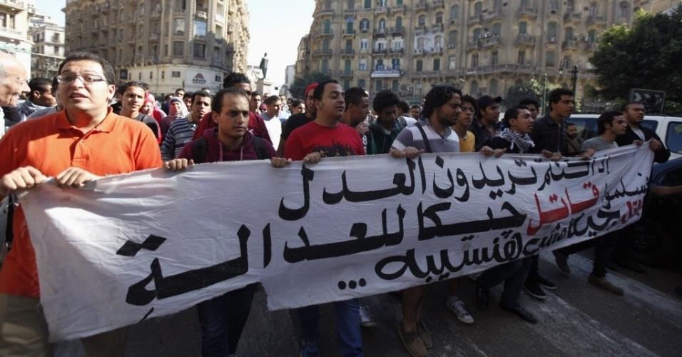 26.nov.2013 - Manifestantes protestam contra uma nova lei do Egito que restringe manifestações, no centro do Cairo. A lei prevê penas de um a cinco anos em regime fechado para crimes que vão do porte de capuzes ao de armas durante manifestações ou reuniões