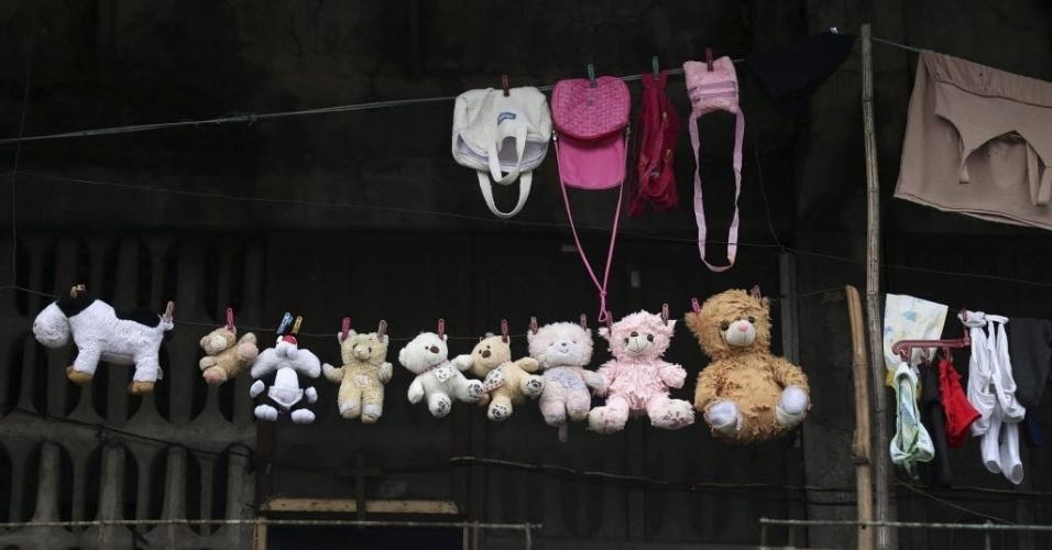 26.nov.2013 - Mochilas e bichos de pelúcia são vistos em frente a uma casa em Tacloban, Filipinas. O governo filipino está planejando grandes mudanças na infraestrutura após o desastre causado pelo tufão Haiyan