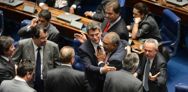 Senadores participam de sessão na qual a PEC 43/2013, que prevê o fim do voto secreto em todas as decisões do Legislativo, foi aprovada com alterações nesta terça-feira (26)