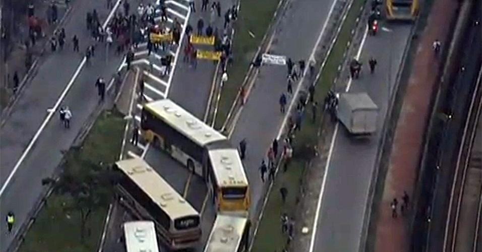 26.nov.2013 - Um grupo de manifestantes bloqueia desde às 6h desta terça-feira a avenida Radial Leste, próximo a avenida da Águia de Haia, na região de Artur Alvin, zona leste de São Paulo