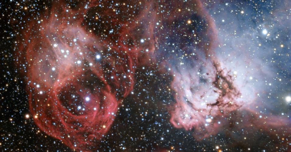 """27.nov.2013 - A Grande Nuvem de Magalhães é uma das galáxias mais próximas da Terra. Astrônomos agora usaram o poder do """"Very Large Telescope"""" para explorar detalhes da NGC 2035. Esta nova imagem mostra nuvens de gás e poeira onde novas e quentes estrelas estão nascendo e esculpem seu redor com formas estranhas. Mas esta imagem também mostra os efeitos da morte de uma estrela - os filamentos criados por uma explosão de supernova (à esquerda)"""