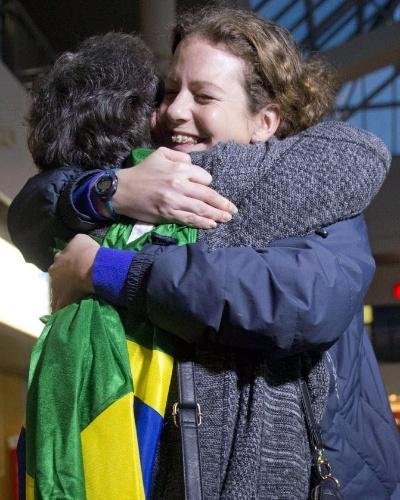 """24.nov.2013 - A bióloga e ativista brasileira do Greenpeace, Ana Paula Maciel, abraça sua mãe, Rosaela Maciel, ao reencontrá-la no Aeroporto Internacional de Pulkovo, em São Petersburgo, na Rússia. Ana Paula foi libertada da prisão após pagar fiança de dois milhões de rublos -- o equivalente a R$ 138 mil. Ela foi presa junto com outros 29 ativistas da ONG ambientalistas quando o """"Arctic Sunrise"""", navio internacional do Greenpeace, fazia protesto na região do ártico russo"""