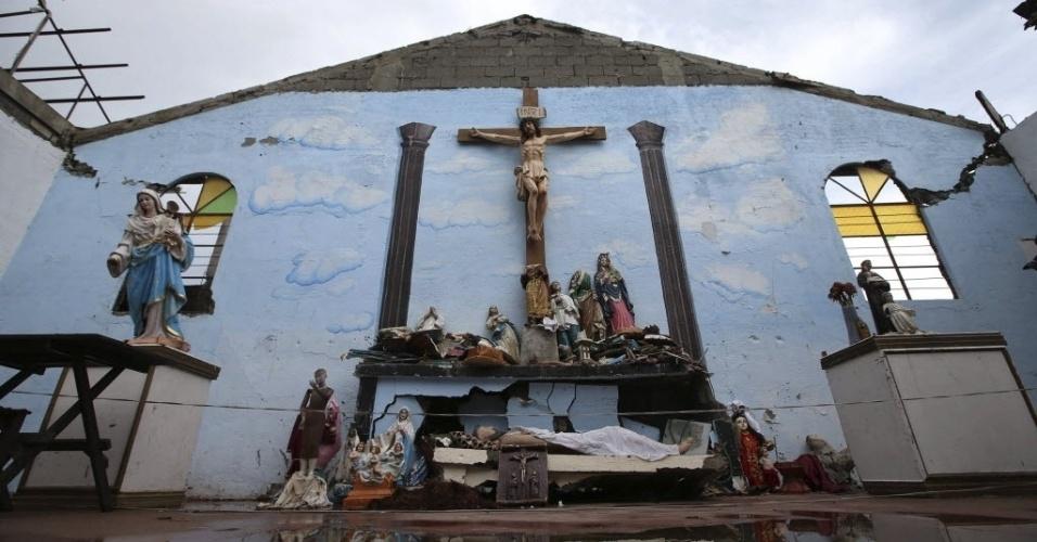 28.nov.2013 - Grupo de vítimas de tufão Haiyan frequenta uma igreja em ruínas na cidade de Basay, Filipinas. O número de mortos pela passagem do tufão subiu para 5.500. Autoridades estimam que 9,9 milhões de pessoas foram afetadas pelo tufão em 574 municípios, e que 225.922 deles estejam alojados em 1.069 centros de evacuação