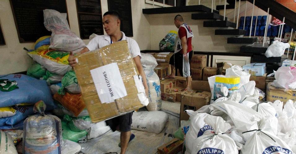 28.nov.2013 - Voluntário carrega donativos que serão transportados para regiões afetadas pelo tufão Haiyan, nas Filipinas, dentro de centro de distribuição da Cruz Vermelha