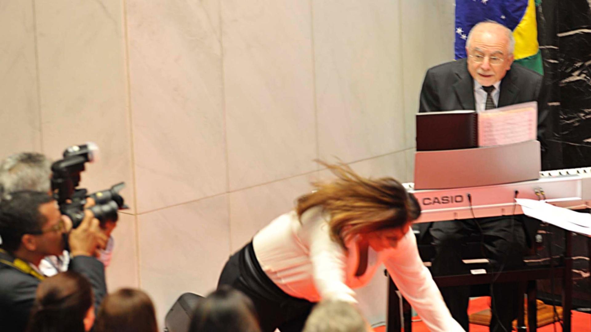 29.nov.2013 - Cantora Fafá de Belém cai durante inauguração no memorial que abriga história política de Minas Gerais na Assembleia Legislativa de Belo Horizonte, nesta sexta-feira (29). Parlamentares, ex-deputados estaduais e grandes nomes da história mineira, como o ex-presidente e ex-governador, Tancredo Neves, foram homenageados