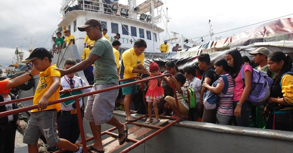 29.nov.2013 - Sobreviventes do tufão Haiyan desembarcam de um navio da Marinha filipina ao chegar no porto de Manila, capital das Filipinas, nesta sexta-feira (29)