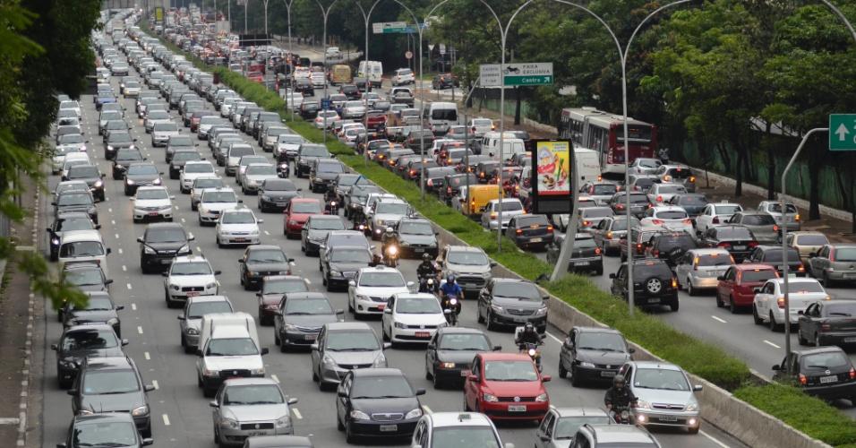 29.nov.2013 - Trânsito intenso nos dois sentidos da Avenida 23 de Maio (ligação norte-sul), na altura do viaduto da rua Tutoia, região sul da capital paulista, no fianld a tarde desta sexta- feira