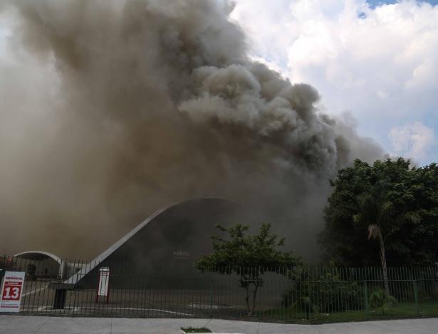 Fumaça resultante do incêndio que atinge o Memorial da América Latina; clique e veja a imagem ampliada
