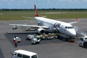 Avião da Mozambique Airlines (LAM) permanece na pista no Aeroporto Internacional de Maputo, em Moçambique