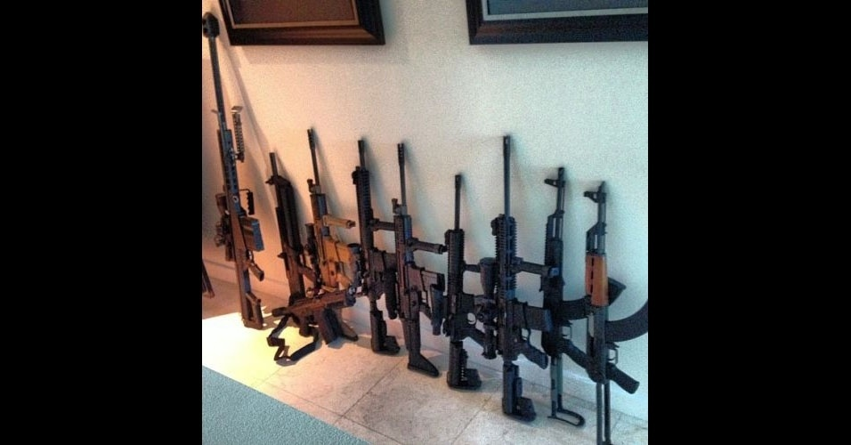 Bilzerian não esconde a quantidade de armas que possui em casa. Em uma das fotos ele afirma que 'tem medo de alguém invadir sua residência e não saber com qual arma atirar na pessoa'
