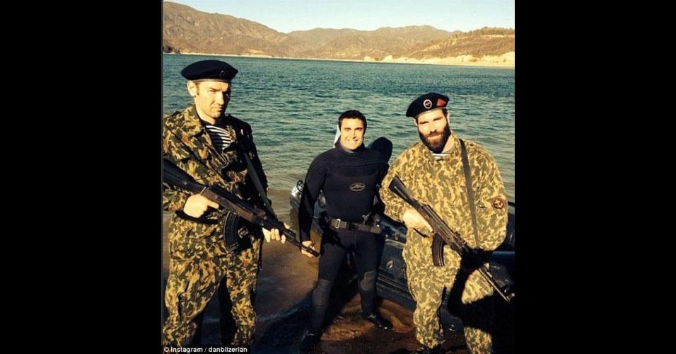 Dan Bilzerian diz que fez o treinamento completo para servir na divisão de fuzileiros navais do exército americano. Ele só não teria completado o curso porque ofendeu uma superior e foi expulso dois dias antes da gradução