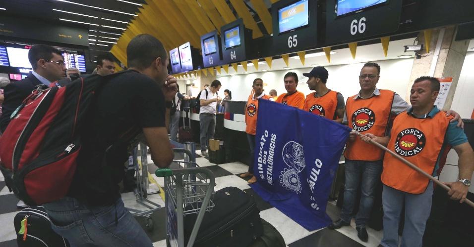 4.dez.2013 - Aeroviários em greve paralisam as atividades do aeroporto de Congonhas, na zona sul de São Paulo, na manhã desta quarta-feira
