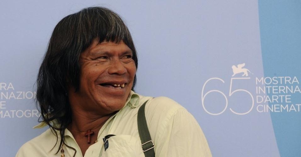 """4.dez.2013 - Ambrósio Vilhalva, 53, líder dos índios guarani-caiová de Mato Grosso do Sul e ator de filme sobre a causa indígena, foi morto esfaqueado em sua casa, no território chamado Guyraroká, em Caarapó (a 277 km de Campo Grande). Vilhalva ganhou projeção internacional em 2008, quando foi protagonista do filme """"Birdwatchers"""" (ou """"Terra Vermelha""""), que narrou a retomada de terras dos ancestrais dos guaranis. A Polícia Civil suspeita que o crime tenha sido motivado por brigas internas na aldeia, impulsionadas pelo consumo elevado de álcool entre os índios"""