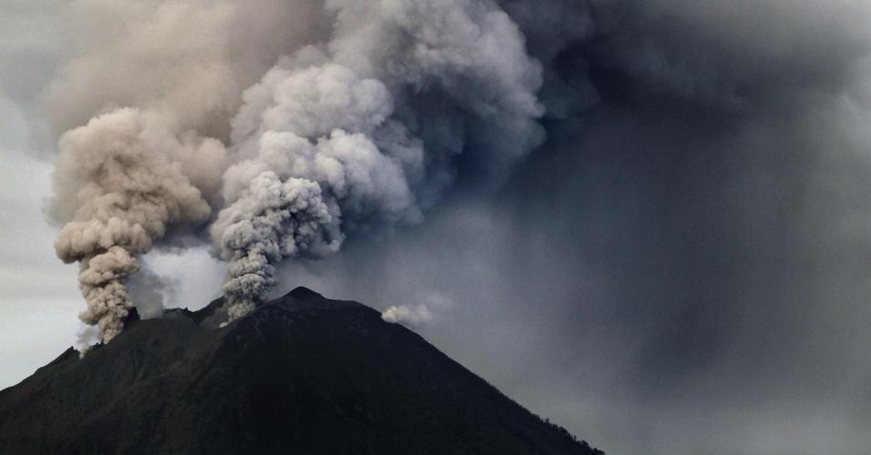 4.dez.2013 - Vulcão Sinabung, ao norte da ilha de Sumatra (Indonésia), expele coluna de cinzas durante erupção