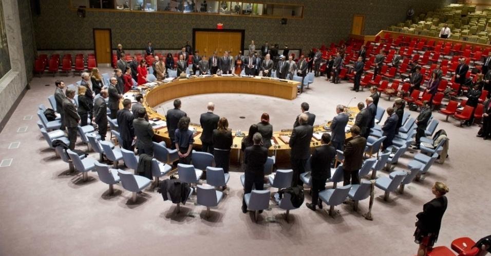 05.dez.2013 - Membros do Conselho de Segurança da ONU fazem um minuto de silêncio na sede das Nações Unidas, em Nova York, após a notícia da morte do ex-presidente sul-africano Nelson Mandela, nesta quinta-feira (5)