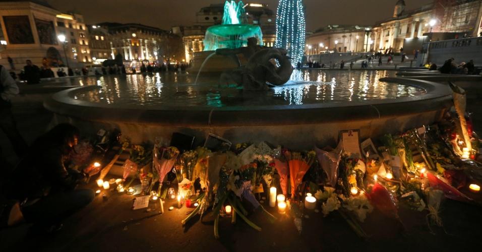 06.dez.2013 - Mulher acende vela em homenagem a Nelson Mandela na Trafalgar Square, em Londres, nesta sexta-feira (6)