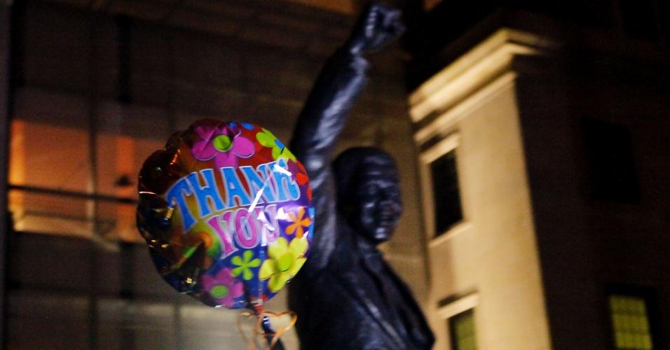 """6.dez.2013 - Balão onde se lê a mensagem """"Obrigado"""", em inglês, é deixado em frente à estátua do ex-presidente africano Nelson Mandela na embaixada sul-africana em Washington (EUA)"""