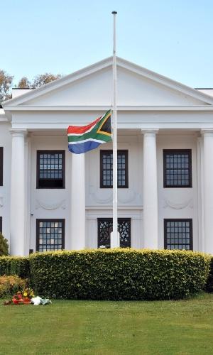 6.dez.2013 - Bandeira nacional da África do Sul é colocada a meio mastro na sede da Alta Comissão sul-africana em Canberra (Austrália), em homenagem ao ex-presidente Nelson Mandela, morto em Johannesburgo