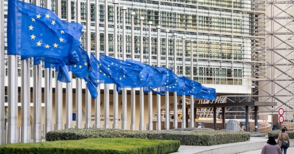 6.dez.2013 - Bandeiras são hasteadas a meio-mastro em sinal de luto pela morte do ex-presidente da África do Sul Nelson Mandela na sede da Comissão Europeia em Bruxelas, na Bélgica, nesta sexta-feira (6)