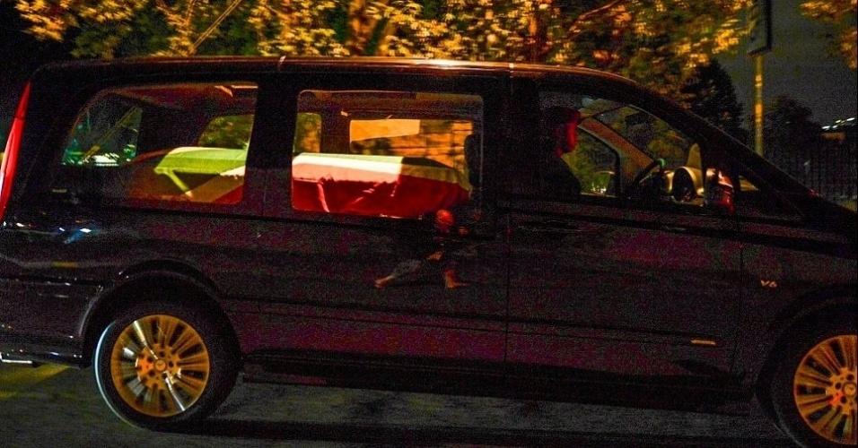6.dez.2013 - Carro levando caixão com corpo de Nelson Mandela deixa a casa do ex-presidente sul-africano em Johannesburgo, na África do Sul, na manhã desta sexta-feira (6). O corpo de Mandela foi levado para Pretória. O funeral deve durar 12 dias e seu corpo deverá ser enterrado em um vilarejo na província de Cabo, na zona rural onde nasceu e foi criado