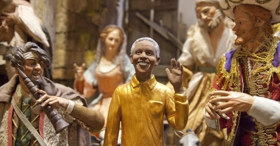 6.dez.2013 - Estatueta do ex-presidente sul-africano Nelson Mandela é exibida entre outras estatuetas de figuras católicas feitas por artesão italiano em Nápoles, na Itália, nesta sexta-feira (6)