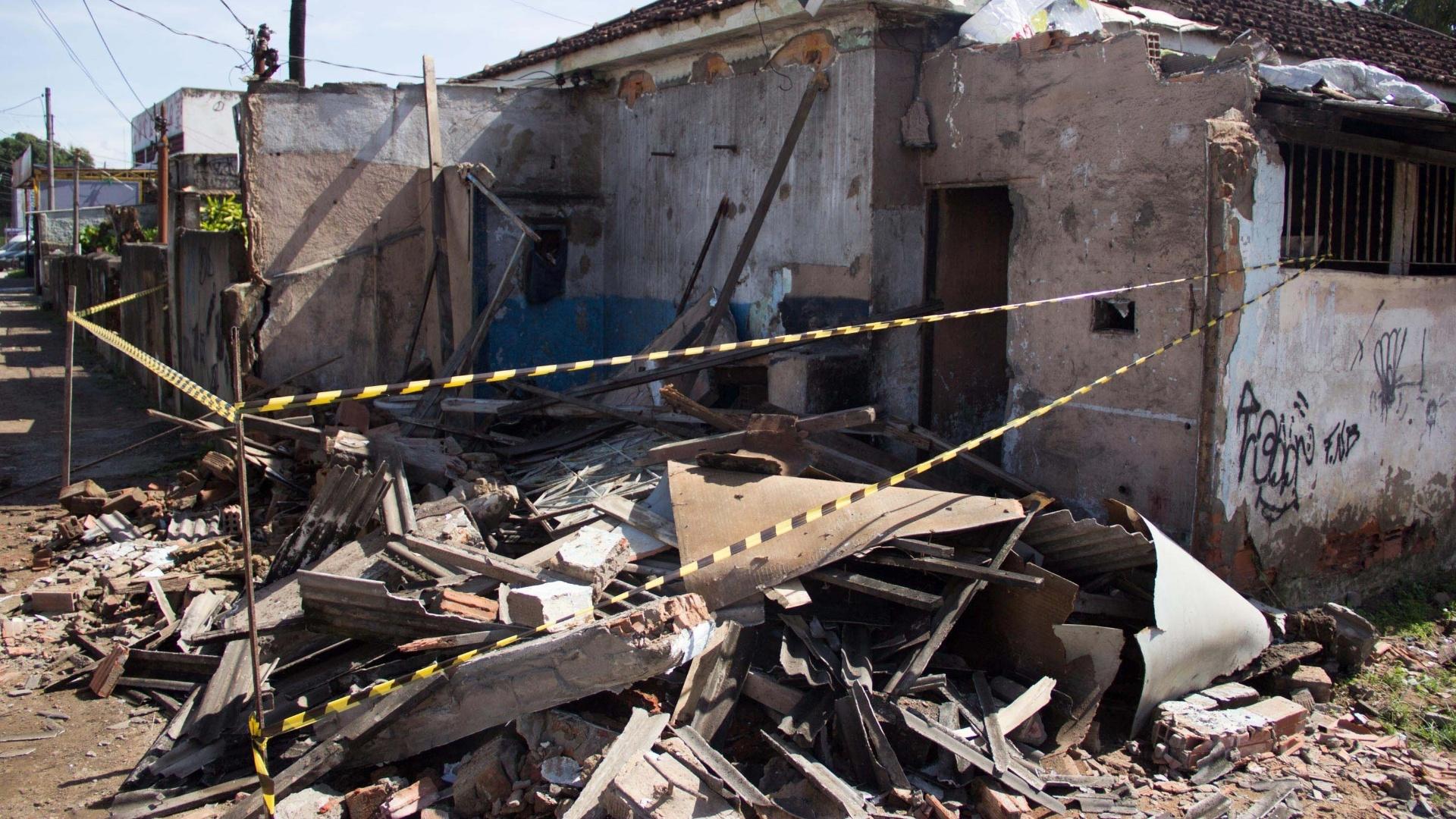 6.dez.2013 - Estragos provocados pelo temporal da noite desta quinta-feira (5), são vistos na manhã desta sexta-feira (6), no bairro de Comendador Soares, em Nova Iguaçu (RJ). Uma mulher de 60 anos, identificada como Vera Lúcia, morreu após a casa em que estava desabar