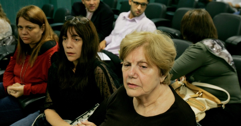 6.dez.2013 - Marly e Simone Acioli, mãe e irmã da juíza Patricia Acioli, acompanham o julgamento do tenente da Polícia Militar, Daniel Benites, acusado de ser o mentor do assassinato da juíza em agosto de 2011, que acontece nesta sexta-feira (6) no Forúm de Niterói, região metropolitana do Rio de Janeiro