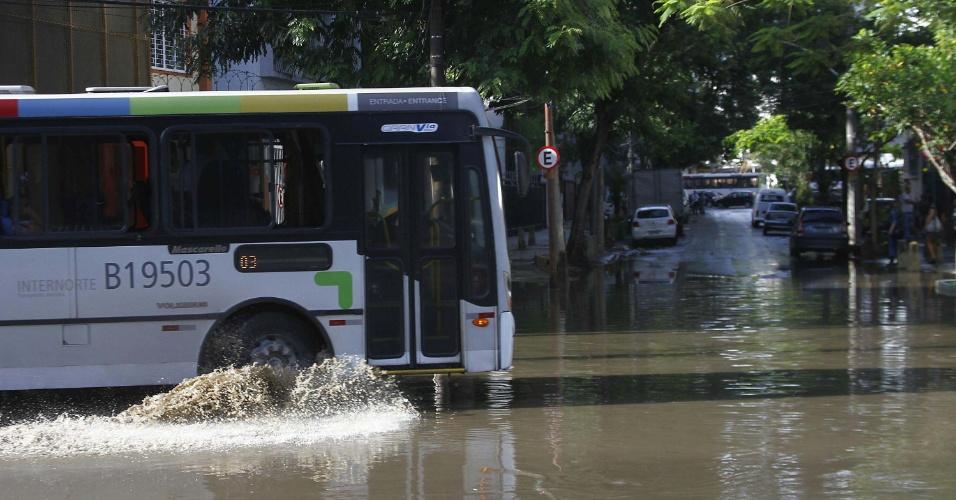 6.dez.2013 - Rio de Janeiro amanhece com estragos causados pelas chuvas de quinta-feira (5). Pelo menos três pessoas morreram e duas ficaram feridas por causa da forte chuva que atingiu o Estado