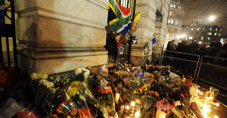 6.dez.2013 - Vários ramos de flores foram colocados em frente à embaixada da África do Sul em Londres, no Reino Unido, nesta sexta-feira (6), em memória ao ex-presidente sul-africano Nelson Mandela, que morreu nessa quinta (5), aos 95 anos, em Johannesburgo