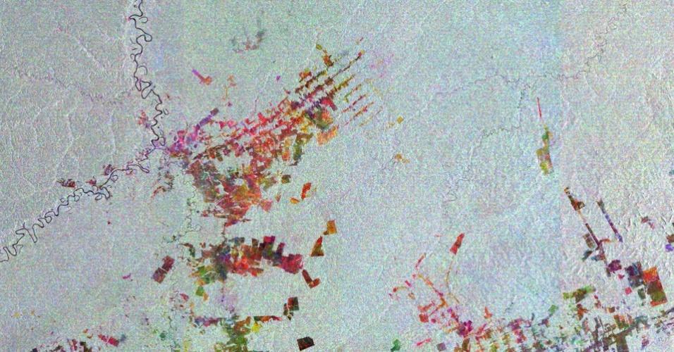 6.dez.2013 -A Agência Espacial Europeia divulgou em 6 de dezembro de 2013 um vídeo e fotos da cidade de Boca do Acre, município do Estado do amazonas. A agência descreve o Estado como o maior do Brasil e quase completamente coberto pela floresta Amazônica. O nome da cidade é dado porque fica no banco onde os rios Acre e Purus se encontram. Esta imagem é uma compilação de três outras tiradas pelo radar Envisat em 28 de outubro de 2005, 12 de setembro de 2008 e 17 de setembro de 2010. Cada imagem recebeu uma cor - vermelho, verde e azul- e, combinadas,relevam mudanças na área, como um grande desmatamento, marcado pelas retas lineares