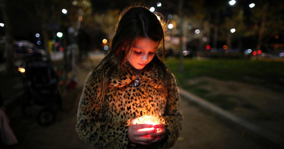 6.dez.2013 - A sul-africana Sophia Anderson, 9, participa vigília com velas em Los Angeles (Estados Unidos) em memória de Nelson Mandela, morto na quinta-feira (5)