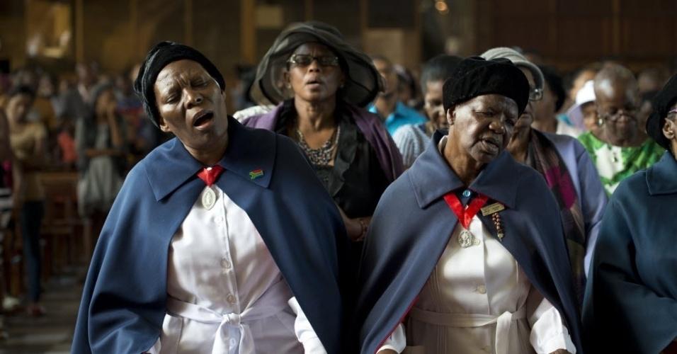 8.dez.2013 - Em Soweto, próximo a Johannesburgo, mulheres cantam em missa homenageando o ex-presidente do país, Nelson Mandela. Os sul-africanos se dirigiram em massa para templos de todas as religiões, encorajados pelo seu presidente a celebrar uma vida que transcenda raça e religião. Líder da luta anti-apartheid, Mandela morreu na quinta-feira (5), aos 95 anos